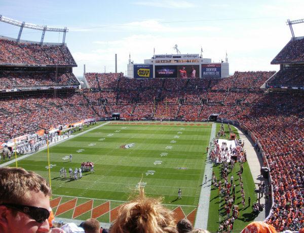 Oplev NFL kamp på Denver stadium med plads til 75.000 mennesker